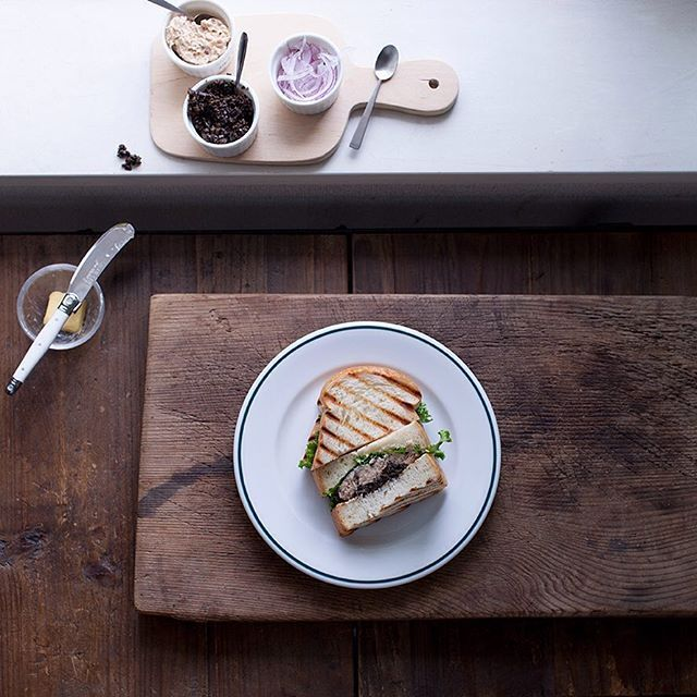Lunch pic tuna & chopped black olive sandwiches taken the other day. Love the thick slice of bread for them. Have a lovely weekend dear friends! いつかのツナとブラックオリーブのサンドイッチ別アングルからサンドイッチのパンも厚めに切って焼いたものが好き 楽しい週末になりますように! #onthetable