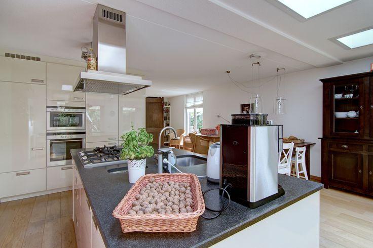 De keuken bestaat uit een groot eiland en een kastenwand. In beide meubels is veel bergruimte. De koelkast met nul graden zone en vriesvak, de combimagnetron en de hete lucht oven vindt u terug in deze kastenwand. In het brede eiland ligt het kookgedeelte en het spoelgedeelte tegen over elkaar. Er is veel werkruimte op het granieten aanrechtblad.  http://www.theo-keijzers.nl/Troymanshoeve-22-HELMOND-20140602115005228