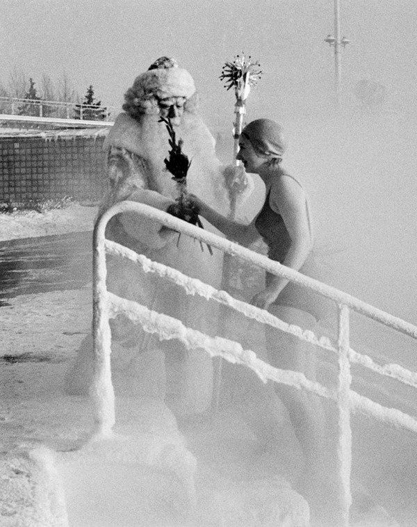 "Winter holidays in ""Moskva"" open air pool in Moscow, 1969"
