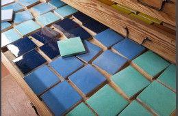 """Faïence Unie les """"Bleus"""" - Fabrication artisanale de carrelage pour plan de travail et crédence de cuisine, sols et murs de salle de bain. Format 10,5 x 10,5 épaisseur 1,2 cm.Simple à poser, facile d'entretien, très résistant."""