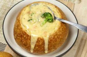 Kínáld úgy a sajtkrémlevest, ahogy a vendéglőkben szokták, cipóban. Még finomabb és laktatóbb lesz.