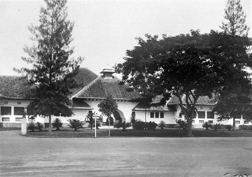 Voorgevel van de H.B.S. te Surabaya, JavaVoorgevel van de Hoogere Burgerschool te Soerabaia | Colonial