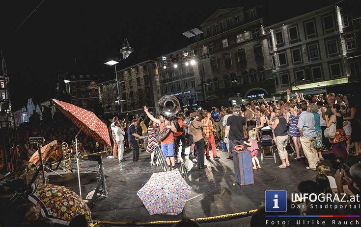"""La Strada Graz am 8. August 2015   Die Compagnie #Adhok , die """"schönen Ausreißer"""", die eine zufällig offenstehende Tür aus der Sicherheit und Langeweile eines Altersheimes wieder zurück ins Leben bringt, der holländische Künstler Benjamin #Vanderwalle in einem fahrbaren Kubus und das Orchestre International du Vetex – das am Grazer #Hauptplatz zum Tanz aufforderte.   #LaStradaGraz2015 #CompagnieAdhok #BenjaminVanderwalle #OrchestreInternationalduVetex #GrazerHauptplatz"""