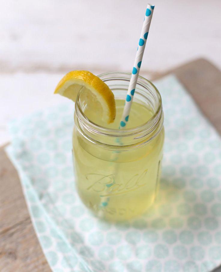 Zelf ijsthee maken. Wil je wat lekkers te drinken maken, alleen heb je geen zin in limonade? Met dit recept maak je zelf ijsthee zonder suiker!