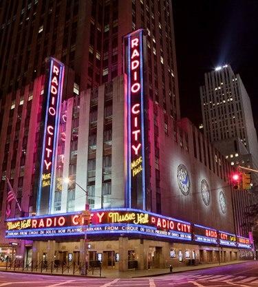 Lançado em dezembro de 2012, o livro New York Nights se desdobrou em uma mostra fotográfica homônima nos Estados Unidos. A exibição gratuita pode ser visitada até 4 de abril, de domingo a domingo, sempre a partir do meio-dia, na Clic Bookstore & Gallery, em Nova York...