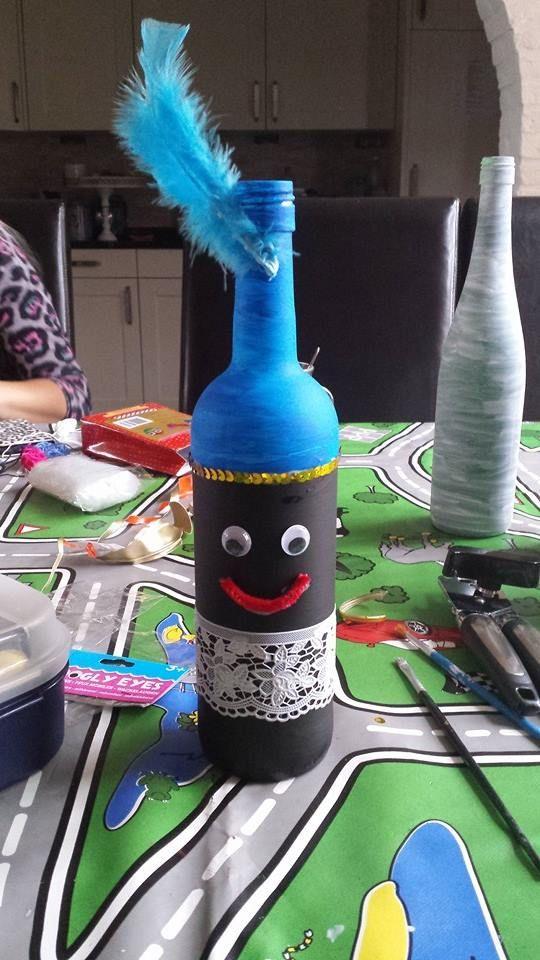 fles insmeren met gesso (primer van action) laten drogen en dan de kinderen een zwarte piet van laten maken....erg leuk en niet moeilijk! Gezien en foto overgenomen van collega gastouder....
