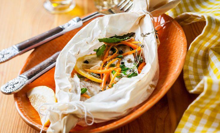 Il pesce al cartoccio al forno con patate è una ricetta davvero molto semplice da preparare, leggera e buonissima: scopritela con noi!