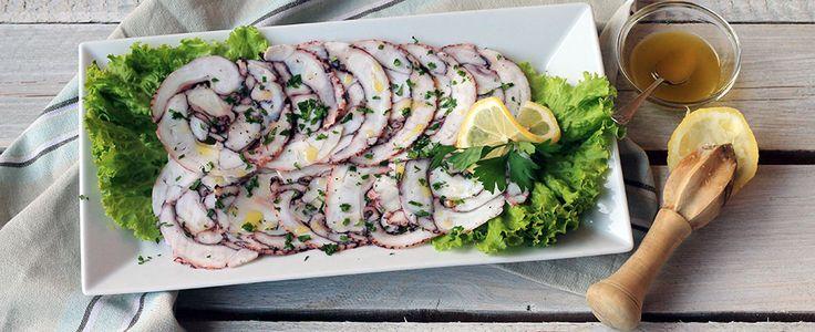Il carpaccio di polpo è un antipasto tipico della cucina mediterranea. Questa è la ricetta per farlo a casa con una bottiglia di plastica vuota.