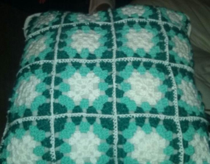 Cojin a crochet tonos blanco, celeste y verde