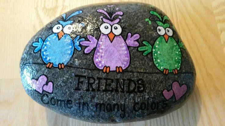 "Sjove fugle malet på sten ""Friends come in many colors"""