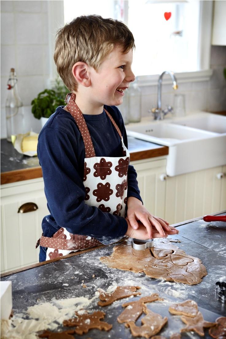 """Μια από τις πιο απολαυστικές ασχολίες των Χριστουγέννων είναι η προετοιμασία των γλυκών! Φέτος, βάλτε και τα παιδιά στο """"παιχνίδι""""!"""