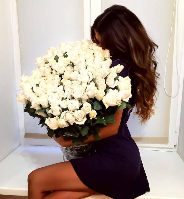 Красивые картинки брюнеток с цветами