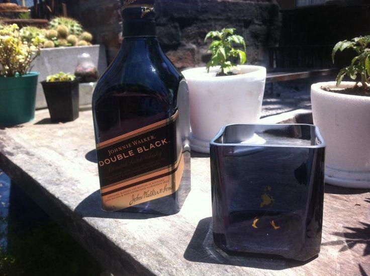 Botellas de Jhonnie Walker Black y Double Black cortadas para vasos y hieleras por Green Glass para