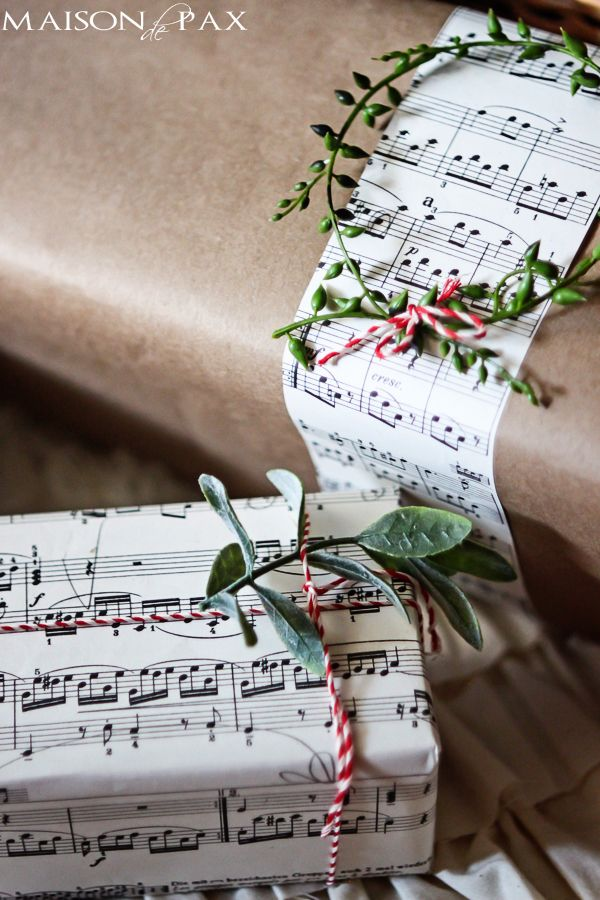 Simple and beautiful ways to dress up your Christmas gifts. Love these gift wrapping ideas!