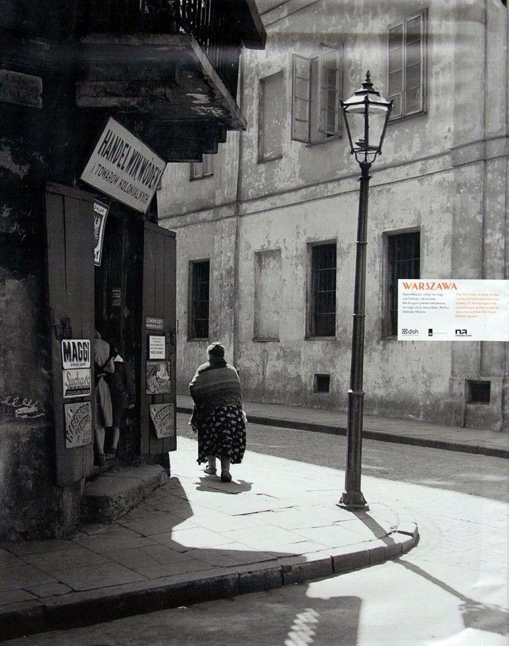 Galeria: Warszawa na zdjęciach Willema van de Polla [GALERIA] (8/18) - Warszawa - WawaLove. Stare miasto, sklep na rogu Celnej i Jezuickiej.