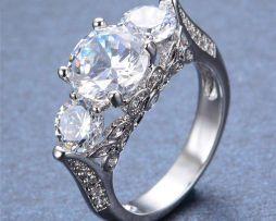 Luxusný dámsky prsteň zo zliatiny bieleho zlata s kryštálom