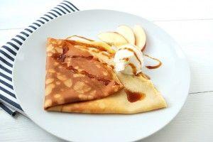 Crepes  con mele cotte, gelato alla vaniglia e caramello