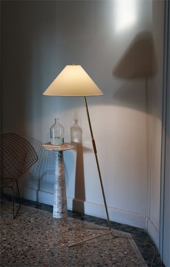 HASE BL FLOOR LAMP J.T. Kalmar created Hase by bending simple tubular metal and finishing it in polished brass. The table lamp assumes a more anthropomorphic quality than the floor model from which it is derived. In both cases, the naturally colored electrical cord blends in with Hase's canted lines. A leather grip permits easy repositioning across a desk or side table, where Hase provides directional and ambient light. Metal | Leather Polished Brass | Natural Shade Silken Cable