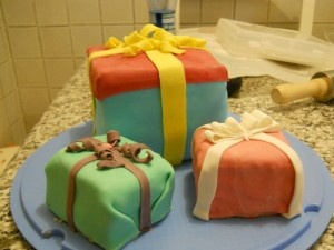 La Torta-Regalo di compleanno con crema pasticcera alle mandorle