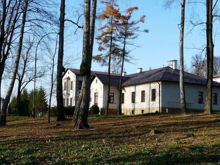 Dwór w parku, odremontowany. Mieści się w nim obecnie Poradnia Psychologiczno-Pedagogiczna i internat MZSP. Zdjęcie z 15.11.2014