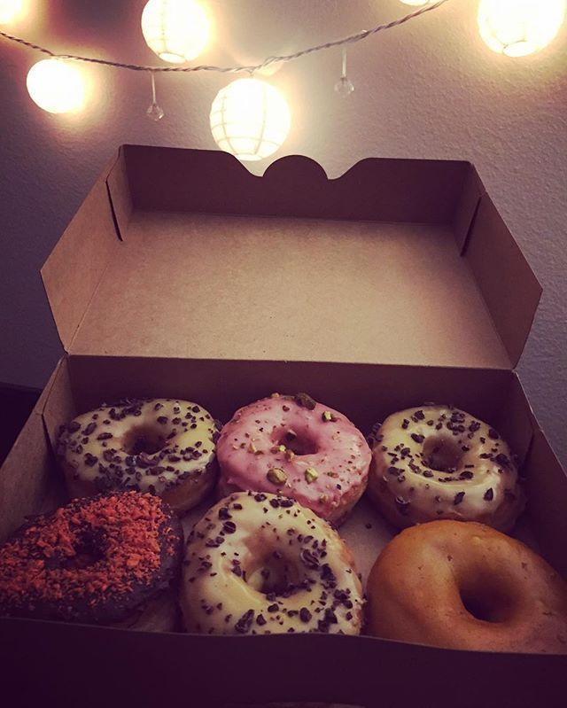 Guess who has a date with half a dozen donuts? 😍👌it's a love story between food and foodie. AND THE DONUTS ARE #VEGAN. Only in #la will you find such treasures. Give a girl some privacy. #foodie #la #blog #donuts Donut Friend, Eagle Roc