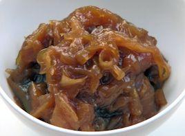 Løgmarmelade En ny og lækkert version af den franske klassiker der har været elsket i århundreder. Løgmarmelade lyder måske lidt alternativt i danske ører, men den har en krydret og fyldig smag med de bedste smagsnuancer fra de karameliserede løg, sødmen fra sukkeret og eddikernes syrlighed og kompleksitet. Marmeladen er fantastisk med paté, med kartoffelmos og pølse, eller som lækkert tilbehør til en tærte eller til et godt stykke oksekød.
