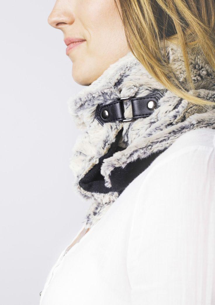Cuello claro de piel sintética con broche en cuero negro. Forro interior sintético. Hecho a mano en España. Descubre más en nuestra tienda online! www.decamino.info