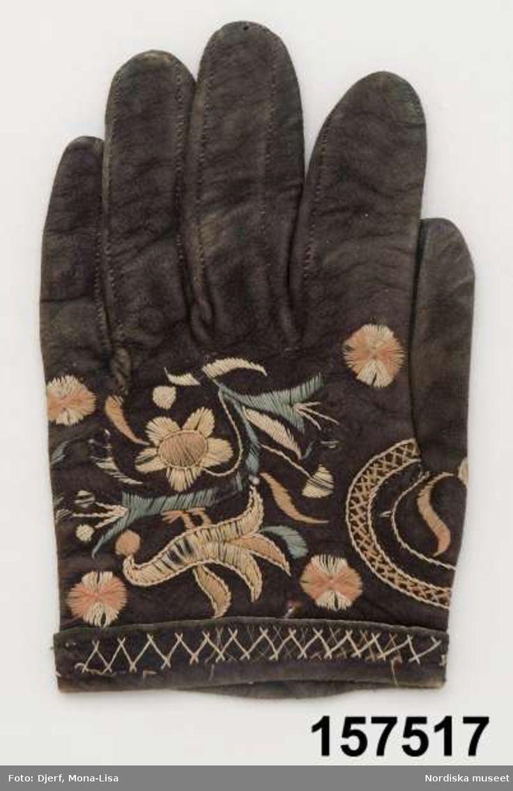 SE Östra Göinge. 1 udda handske av svart  sämskskinn fodrad med mörkbrunt pälsfoder.