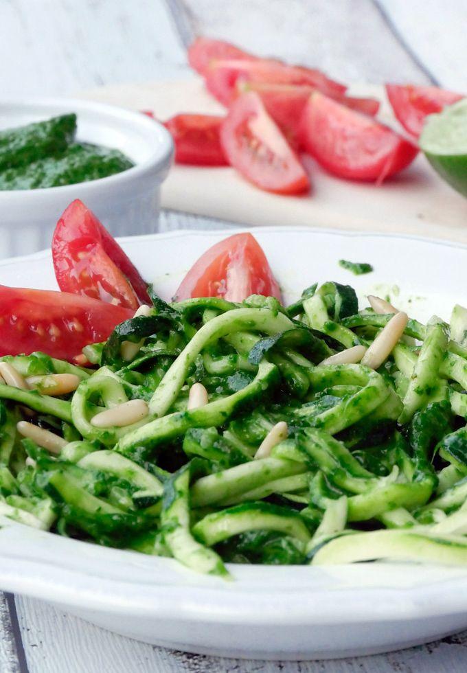 Einfaches Rezept für Low Carb Zucchininudeln mit Avocado-Pesto - Gaumenfreundin.de Foodblog
