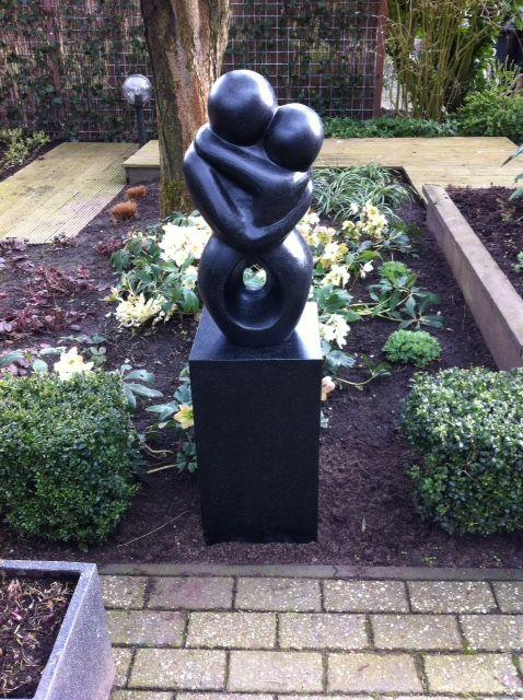 Abstract terrazzo beeld 'Embrace' te Zwolle