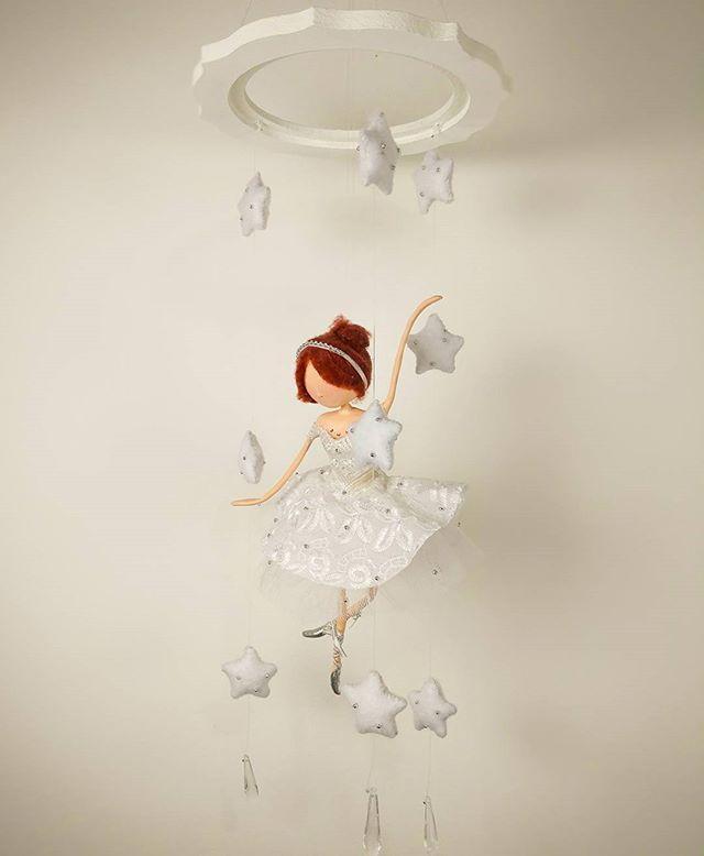 Produtinho novo feito sob encomenda para uma cliente elo7 🌌⭐🎆👸que tal um mobile delicado e com a cara da decoração do seu bebê? Um belo presente tb! 📩 Infos via DM ou pelo email casinhadobosque@gmail.com . . . . . #casinhadobosque #atelie #feitoamao #artesanato #magic #artes #artistic #art #fairy #mermaid #ballet #fada #sereia #bailarina #fadas #sereias #biscuit #glitter #phothooftheday #phothography #instaart  #presente #gift #feitocomamor #decoração #decor #decoration #melhoresdoelo7…