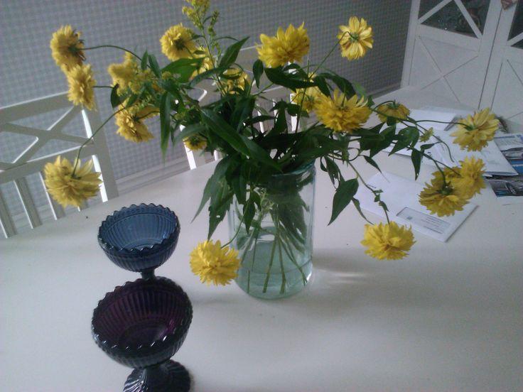 Kultapallot lasipurkissa keittiön pöydällä
