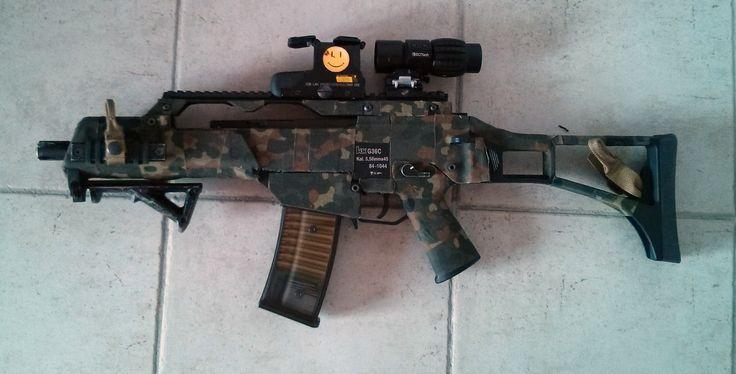 G39C WE monté avec un eotech 551, magnifier et poignée AFG, vêtu de sa robe Flecktarn