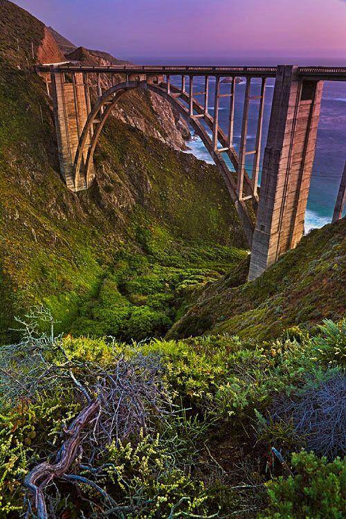 Puente de Bixby en la oscuridad a lo largo de la autopista de la costa del Pacífico en California.