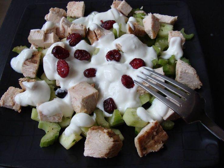 Pokroić drobno seler naciowy oraz świeżego ogórka. Pierś indyka przyprawić i upiec w piekarniku w folii. Po wysytygnięciu pokroić na kawałki i wymieszać z warzywami. Dodać pieprz, sól. Zalać jogurt...