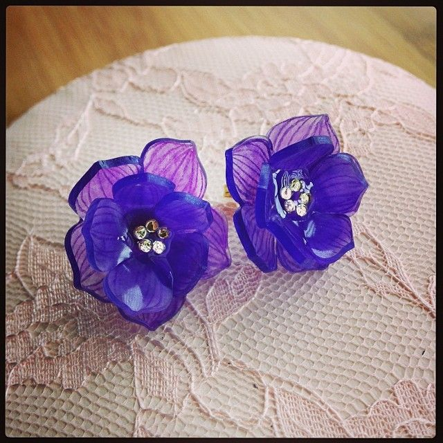 クリスマスローズピアス Hellebores shrink plastic earrings #shrinkydinks #shrinkplastic #handmade #flower #craft #earrings #プラ板