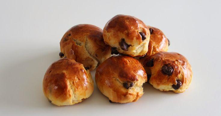 Vorige zondag stonden er chocoladebroodjes op het ontbijtmenu. Deze kleine broodjes zijn heel makkelijk en vlug te maken.   Ingrediënten (20...