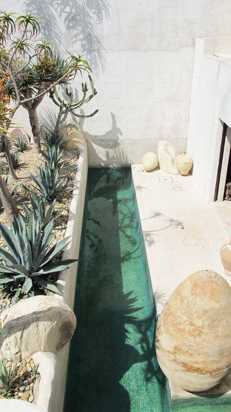 Ook leuk idee, ipv een ronde ton met water: een soort van 'goot' doorheen de tuin om in af te koelen :-)