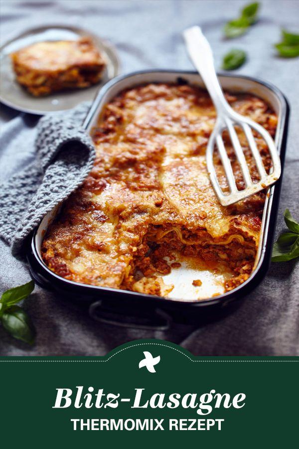Heute gibt es Soulfood! Lasagne mögen alle. Und mit diesem Thermomix ® Rezept bringt Ihr den Klassiker mit nur 15 Minuten Arbeitszeit auf den Tisch! Ein echtes Gericht für jeden Tag.