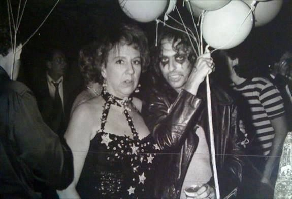 Jean Stapleton and Alice Cooper at Studio 54. Never seen Edith looking sensual! great look. Great actress very missed.