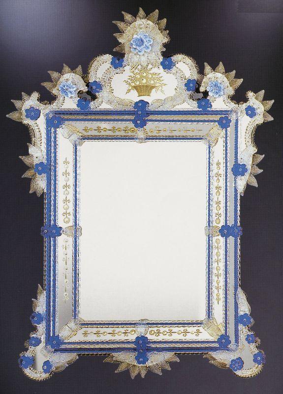 Espejo veneciano del siglo XVII Un hermoso espejo de Murano grabado a mano con ruedas de arenisca y elegantemente decorado con llamativos cristales de cristal azul.