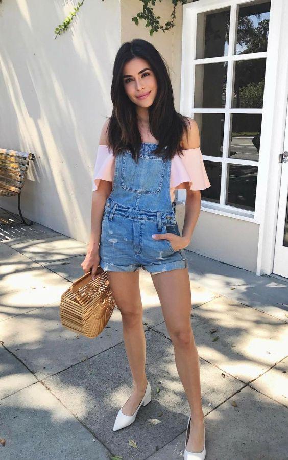 10 Ideias para usar jeans destroyed na próxima estação. Blusa rosa com decote ombro a ombro, jardineira jeans, sapatilha bege