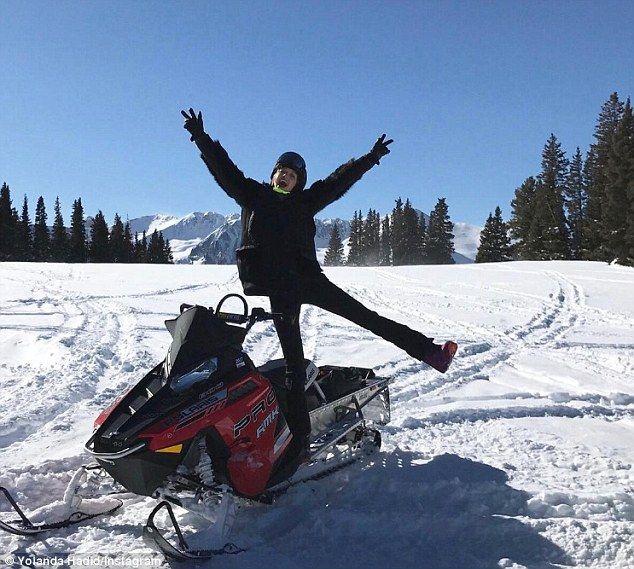 """""""Mãe natureza fornece tudo"""": The Real Housewives of Beverly Hills estrela também compartilhou uma foto de sua filha Gigi Hadid supermodelo como ela brincando posou em um snowmobile"""