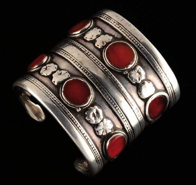 Bracelet Ancien bracelet dont les deux bandes d'argent sont ornées de 6 magnifiques cornalines ,séparées par de petits cabochons en argent. Pas de dorure. Exceptionnelle patine. Magnifique usure. XIXe s. Argent et cornaline Turkménistan D_5,7 cm ; H : 6,3 cm ; P_185 g. 250 €