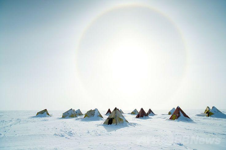 南極のオーロラ盆地(Aurora Basin)で氷床コア採取に取り組んでいるプロジェクトメンバーらが寝泊まりするテント(撮影日不明)。(c)AFP/AUSTRALIAN ANTARCTIC DIVISION/TONY FLEMING ▼9May2014AFP|南極で2000年前の氷床コアを採取 http://www.afpbb.com/articles/-/3014472