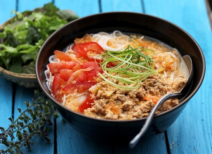 Суп Бун Риеу. 200 гр свиного фарша поперчить и посолить, добавить 1 банку консервиров. крабового мяса, 4 яйца и 3 ст\л рыб. соуса. Перемешать и оставить на час. Подогрейте 3л куриного бульона и добавляйте смесь ложку за ложкой, добавьте кусочки сыра тофу и 2 помидора. На сковороде разогрейте 3 ст\л томатной пасты и добавьте к бульону. Сварите рисовую лапшу и разложите ее по тарелкам, добавьте мяту, чили, бобы мунг, кинзу и зеленый лук и залейте бульоном. Также добавьте немного лимонного…