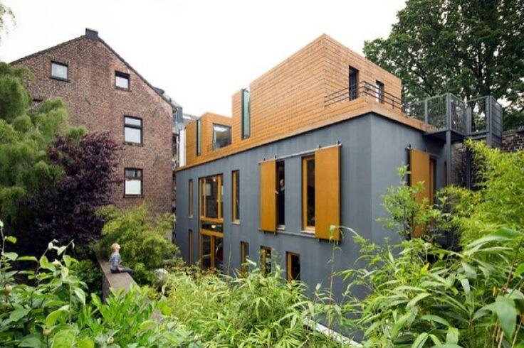 Wohnen In Der Stadt Architektenhaus In Stadtischer Hinterhoflage Aussenansicht Mit Fensterladen Innenarchitekt Hintergarten Haus