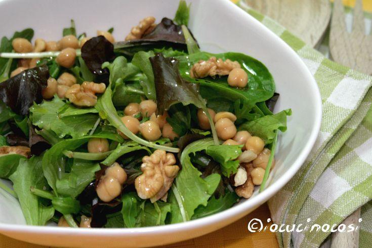 La misticanza con ceci e noci è un'insalata leggera ma nutriente, che può essere gustata anche come piatto unico poichè è poco calorico ma completo.