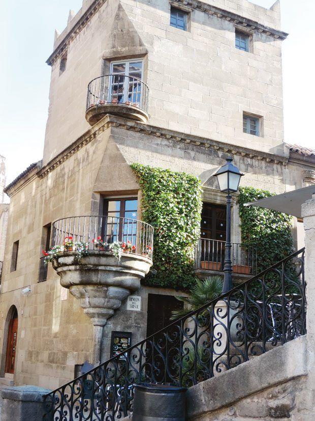 Barselona'da 1929'da bir sergi için tasarlanmış İspanyol Köyü, zamanla şehrin en çok turist çeken yerlerinden biri olmuş.