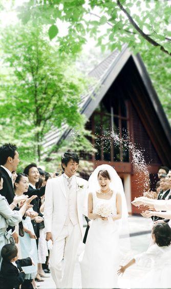 軽井沢高原教会:挙式後は教会の扉の先に広がる緑の中庭へ。大切なゲストからライスシャワーの祝福を受け、幸せは最高潮に